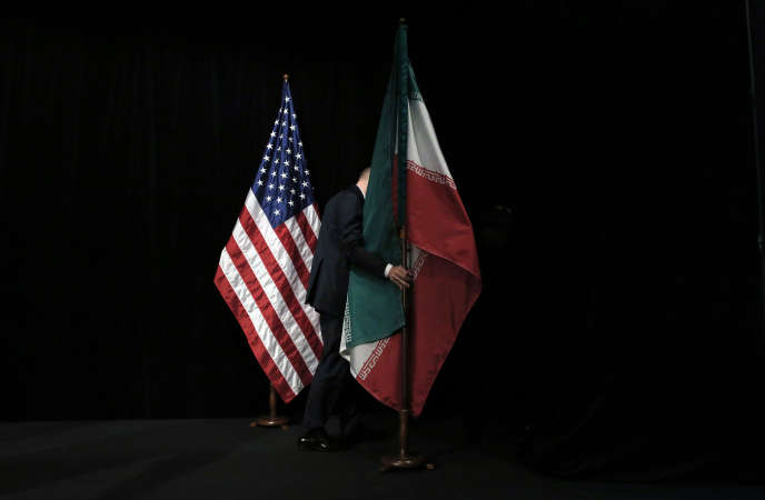 Drapeaux américain et iranien après l'accord historique sur le nucléaire iranien à Vienne, le 14 juillet 2015.