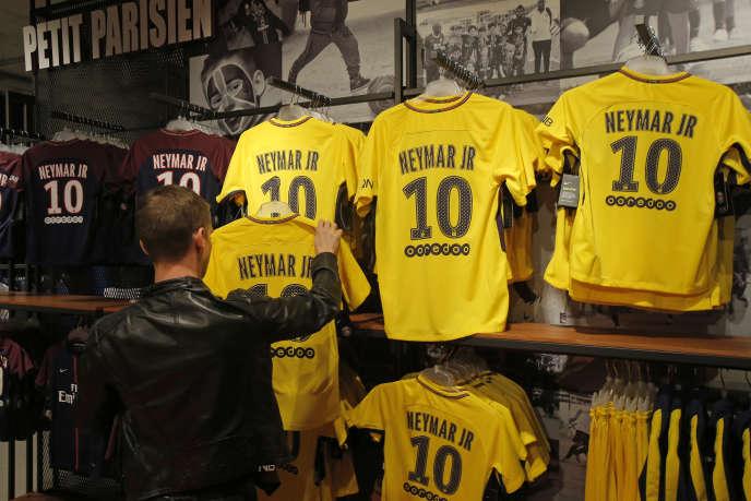 Dans la journée de vendredi, environ 12 000 maillots de Neymar ont été vendus selon le PSG. (AP Photo/Michel Euler)