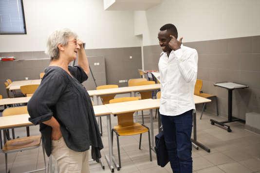 Claudine Fabre, bénévole au sein du Réseau Vichy Solidaire, échange avec Ahmed au sujet de la mémoire après le cours de français qu'elle a animé à Vichy, le 28juin 2017.