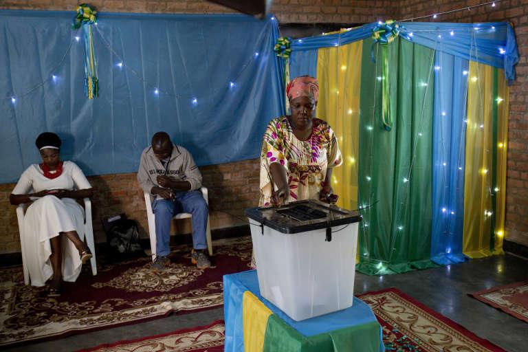 Dans un bureau de vote de Kigali, vendredi 4 août.