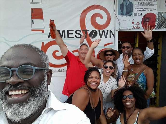 L'architecte Joe Addo devant le Jamestown Café, à Accra, en mai 2017.