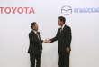 Akio Toyodaet Masamichi Kogai, les présidents de Toyota et de Mazda, lors de la conférence de presse annonçant l'alliance entre les deux constructeurs automobiles, vendredi 4 août, à Tokyo.