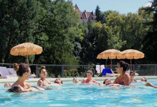 Séance de relaxation aquatique dans la piscine en forme de J, au pied du château des Milandes.