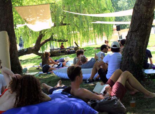L'une des trois scènes du festival Intrinsic, à l'ombre des saules et des noyers.
