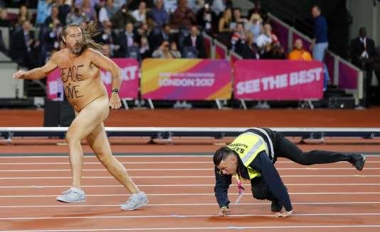 Un« streaker» fait irruption dans le stade où se déroulent les Mondiaux d'athlétisme, à Londres le 5 août.