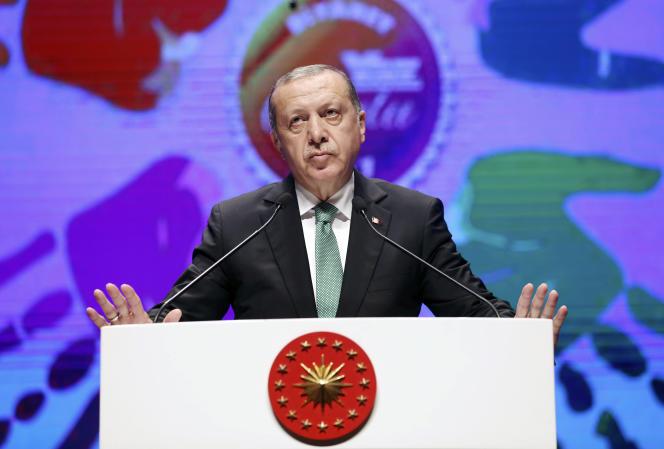 Le president Recep Tayyip Erdogan adresse un discours à ses supporteurs à Istanbul, le samedi 5 août 2017.