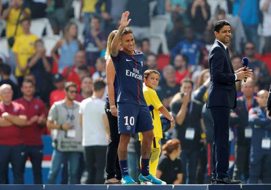 Neymar et Nasser Al-Khelaïfi lors de la présentation du joueur au Parc des Princes, le 5 août.