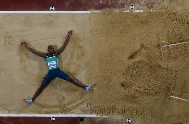 Luvo Manyonga après la finale du saut en hauteur, aux Mondiaux d'athlétisme de Londres le 5 août.