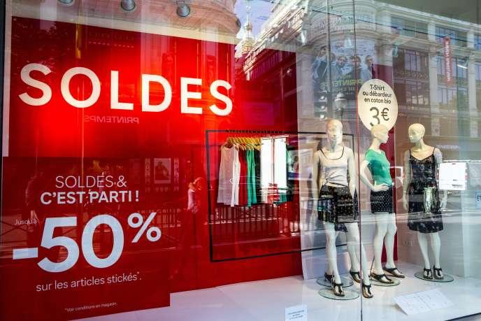 La vente en ligne capte près de 17% des ventes de mode, selon l'Institut français de la mode. Le rush en magasin s'est ainsi évanoui.
