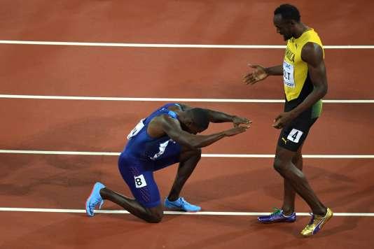 Justin Gatlin salue Usain Bolt après l'avoir devancé lors de la finale du 100m des Mondiaux d'athlétisme àLondres, le 5 août.