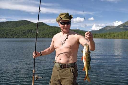 Le président russe exhibe le résultat de sa pêche.