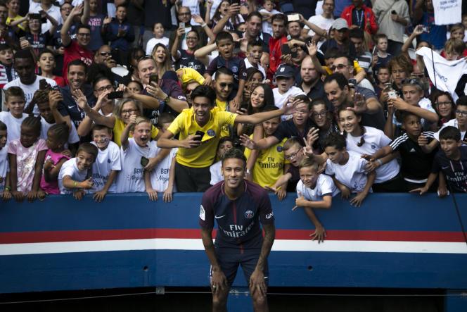 Neymar pose devant les fans du PSG, le 5 août à Paris.