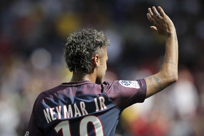Neymar lors de sa présentation au Parc des Princes, le 5 août.