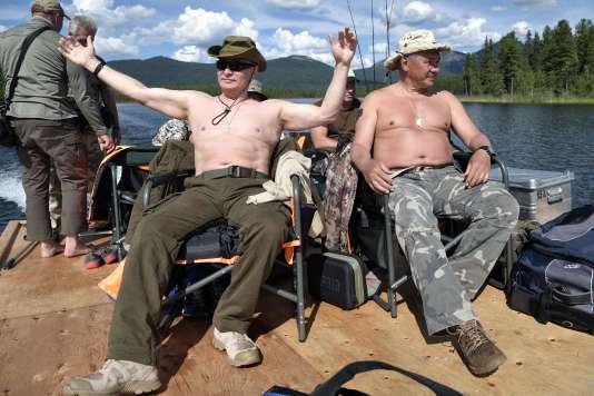 Le président Vladimir Poutine, accompagné de son ministre de la défense, dans la région de Touva en Sibérie.