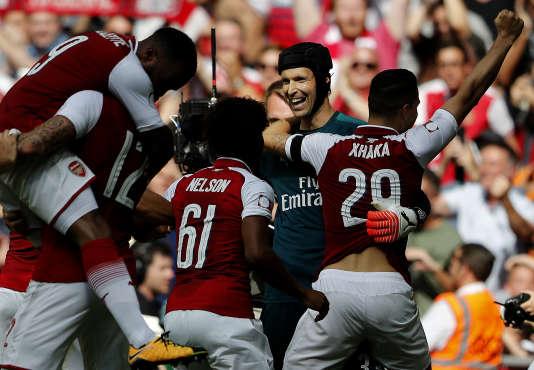 Le gardien d'Arsenal Petr Cech fêté par ses camarades, le 6 août à Londres