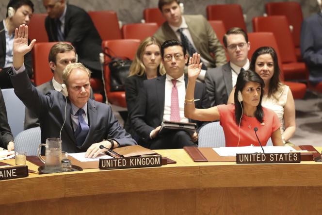L'ambassadeur britannique Matthew Rycroft et son homologue américaineNikki Haley lors du Conseil de sécurité de l'ONU, le 5 août.