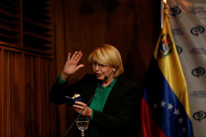La procureure générale limogée, Luisa Ortega, cite la Constitution vénézuélienne lors d'une conférence de presse, à Caracas, le 25 juillet.