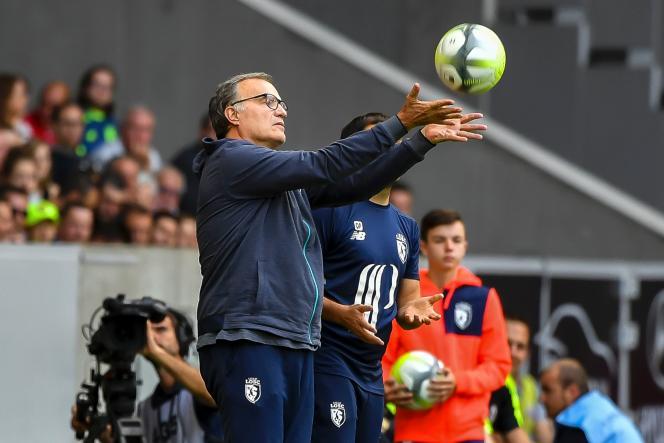 Marcelo Bielsa et un ballon, le 5 août à Lille.