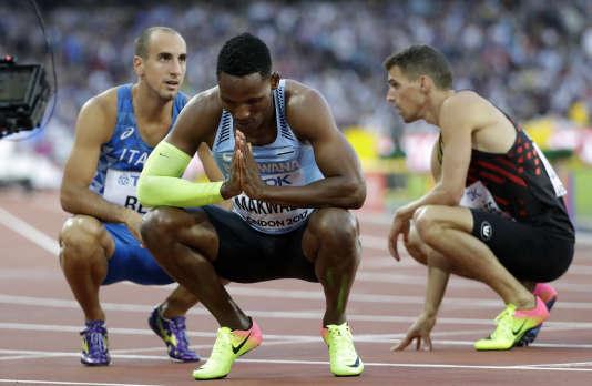 Isaac Makwala en train de prier, dimanche, après sa demi-finale du 400 m aux championnats du monde de Londres.