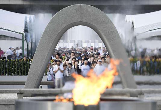 Plusieurs milliers de personnes rendent hommage, au mémorial de la paix d'Hiroshima le 6 août 2017aux 140 000 personnes tuées en 1945 par le premier bombardement atomique. (Ryosuke Ozawa / AP)