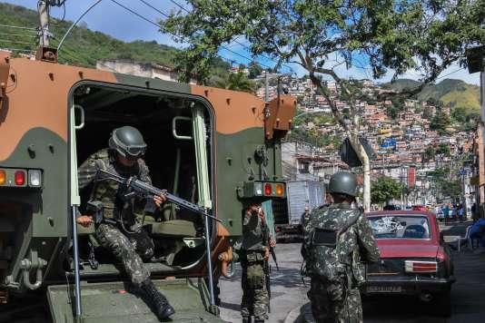 Des soldats sortent de leur véhicule blindé pour se déployer dans la favela Lins de Vasconcelosà Rio de Janeiro (Brésil), le 5 août.