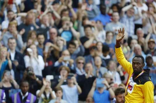 Usain Bolt sur la troisième marche du podium des Mondiaux d'athlétisme à Londres, le 6 août.REUTERS/Kai Pfaffenbach