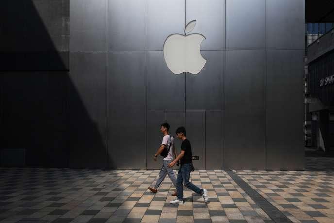Devant l'une des boutiques Apple de Pékin (Chine), le 3 août.