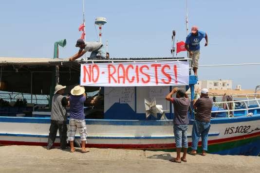 Des pêcheurs tunisiens prêts à empêcher le «C-Star» d'accoster dans un des ports du pays.