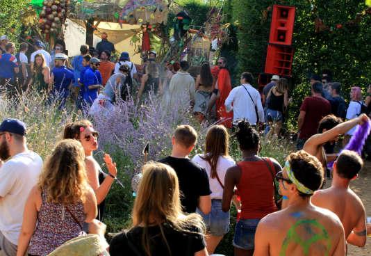 Devant la scène installée dans les jardins du château.