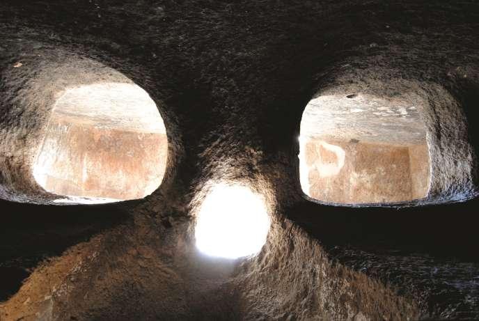 La plus vaste des 35 tombes de Montessu, au-dessus de Villaperuccio, à la pointe sud de l'île, est une cavité creusée dans le granit, en forme de grotte au plafond voûté. Elle porte trois ouvertures, comme celles d'un visage de l'au-delà observant le monde des vivants.