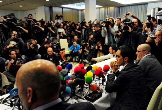 Alberto Contador, entre son manager Bjarne Riis et son attaché de presse Jacinto Vidarte, lors d'une conférence de presse consécutive à sa suspension pour dopage, en février 2012.