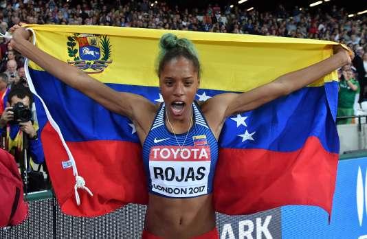 Yulimar Rojas brandit le drapeau du Venezuela. Elle est devenue lundi la première championne du monde vénézuelienne.