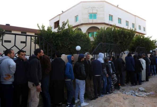 File d'attente devant une banque de la capitale libyenne, Tripoli, le 14 février 2017.
