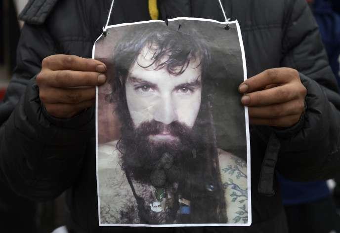 Une photo de Santiago Maldonado montrée par un manifestant à Buenos Aires, le7août2017, devant le palais du congrès.