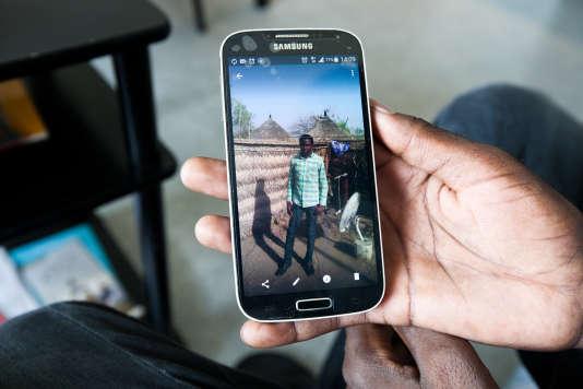 Alsadig montre une photo de lui au Soudan.
