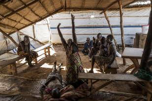 Les proches d'une personne ayant succombé au choléra pleurent sa mort, dans un hopital temporaire à Mingkaman.