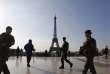 Des militaires de l'opération Sentinelle aux abords de la tour Eiffel, le 23 avril.