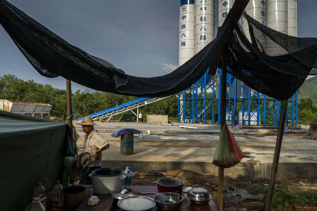 A Luang Prabang, une usine de ciment chinoise servant au chantier de chemin de fer, en mai.