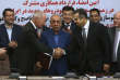Le numéro deux de Renault et le PDG de Parto Neguine Nasseh concluent un accord de 660millions d'euros,à Téhéran (Iran), le 7 août.