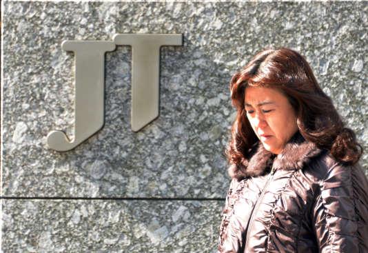 Le logo de Japan Tobacco (JT), à Tokyo, le 15 mars 2015.