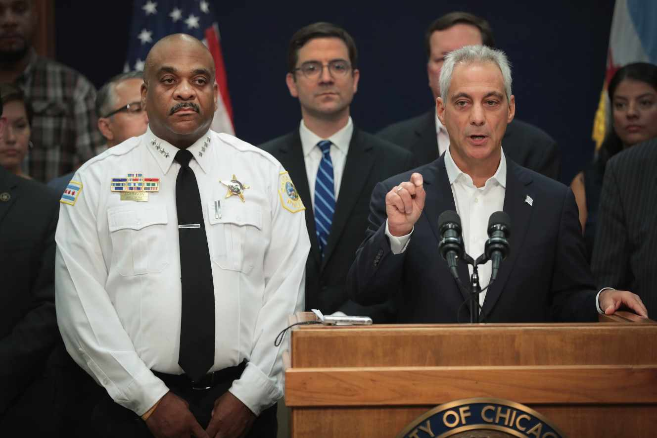 o prefeito de Chicago Rahm Emanuel e o chef Chicago Eddie Polícia de Johnson em uma conferência de imprensa em Chicago em agosto 6.