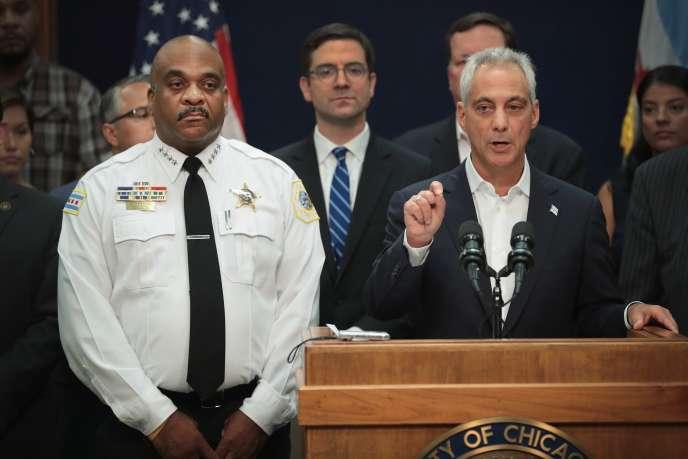 Le maire de ChicagoRahm Emanuel et le chef de la police de Chicago Eddie Johnson lors d'une conférence de presse à Chicago, le 6 août.