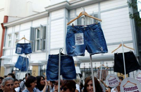 Des femmes brandissent des vêtements pour protester contre les agressions dans les transports publics, à Istanbul (Turquie), le 29 juillet.