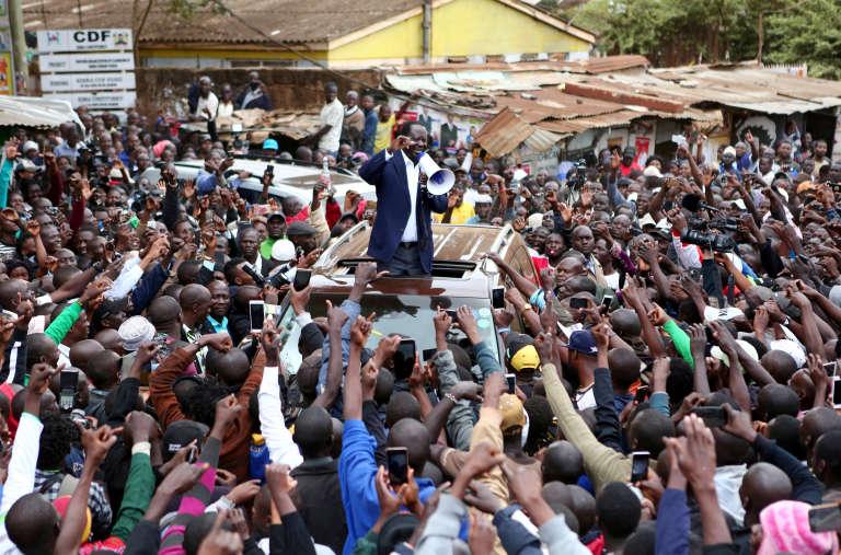 Le chef de file de l'opposition, Raila Odinga, après avoir voté à Kibera, un bidonville de Nairobi au Kenya, le 8 août.