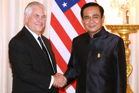 U.S. Secretary of State Rex Tillerson shakes hands with Thailand's Prime Minister Prayuth Chan-ocha at Government House in Bangkok, Thailand August 8, 2017. REUTERS/Athit Perawongmetha