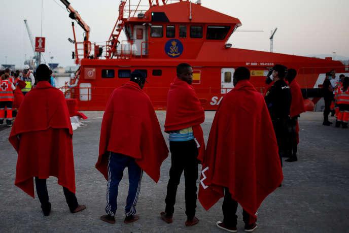 Des migrants dans le port de Malaga (Espagne), le 7 août, après avoir été secourus en mer Méditerranée.
