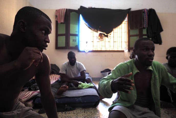 Au centre de détention pour migrants de Kararim, à Misrata, le 27 juillet. Clifford et Ernest, migrants nigérians, racontent leur arrivée en Libye.