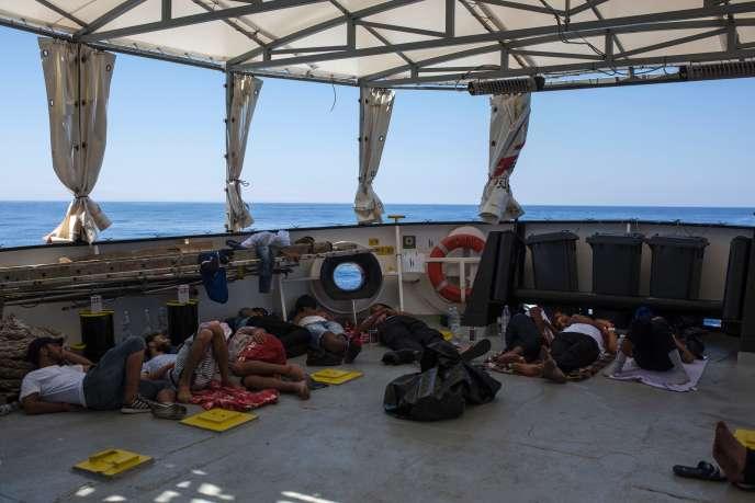 Des migrants, secourus en mer, se reposent à bord de l'« Aquarius », le navire de MSF, à une vingtaine de milles nautiques des côtes libyennes, le 2 août.