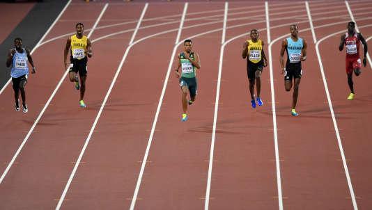 Le couloir vide d'Isaac Makwala, à gauche de Wayde van Niekerk (en vert) durant la finale du 400 m à Londres.