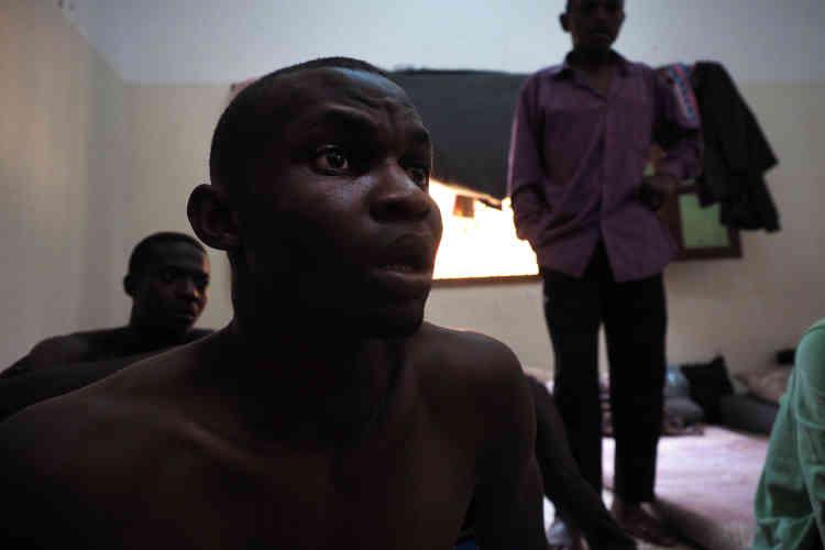 Une cellule collective du centre de détention pour migrants de Kararim, à Misrata. Ici sont rassemblés des hommes d'origine nigériane. Clifford raconte son arrivée à Sebha (dans le sud de la Libye) et le système de traite et d'extorsion dont il a été victime.